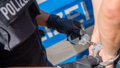 Photo of Polizei durchsucht mehrere Wohnungen und nimmt sechs mutmaßliche Drogendealer fest