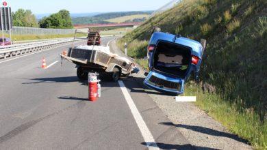 Photo of Fahrzeug mit überladenem Anhänger überschlägt sich