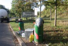 Photo of Umweltgefährdende Abfallbeseitigung auf einem Parkplatz