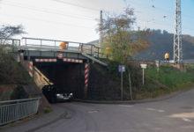 Photo of Lkw fährt gegen Bahnunterführung in Serrig; Fahrer leicht verletzt
