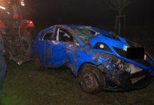 Photo of Schwerer Solo-Verkehrsunfall nach Kollision mit einem Baum.