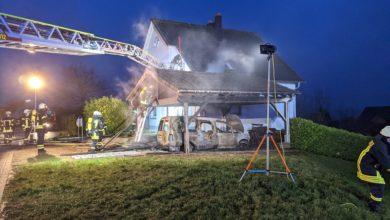 Photo of Carport und Auto in Flammen – Feuerwehr kann in Freudenburg schlimmeres verhindern