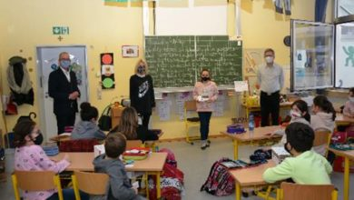 Photo of Bürgermeister Weber bedankt sich bei Schulklasse für Weihnachtskartenmotiv