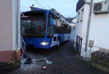 Photo of Verkehrsunfall – Bus prallt gegen Hauswand