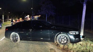 Photo of 2 Fahrzeuge liefern sich ein Rennen, Fahrzeug prallt gegen einen Baum