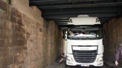 Photo of Wiederholt fährt sich ein LKW im Serriger Bahntunnel fest.